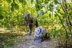 Tyrannosaurus met zijn nieuwe baby in het ei stock foto