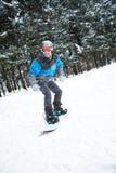 Tyrough de freeride de pensionnaire la montagne tandis que chute de neige Image stock