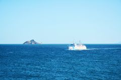 Tyrrhenian море, голубые волны моря, шлюпка и горизонт, ландшафт Стоковые Изображения RF