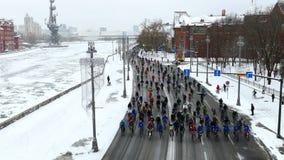 Tysiące cykliści na miasto zimy ulicznym czasie zdjęcie wideo