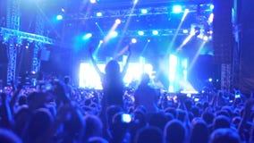 Tysiące fan muzyki tanczy, skaczący przy koncertem, cieszy się zespołu występ zbiory