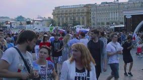 Tysiące fan w centre Moskwa odświętności zwycięstwo Rosyjska drużyna futbolowa zbiory