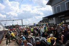 Tysiące ludzi wchodzić do pociągi w Döttingen po antynuklearnego protesta w Beznau zdjęcie stock