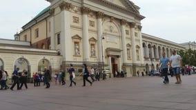 Tysiące pedestrians chodzi przez kasztel Obciosują w Warszawa, Polska zbiory