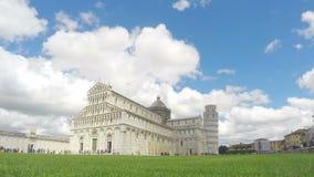 Tysiące turyści odwiedza wierza Pisa i katedra, chmury timelapse zbiory wideo