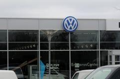 TYSK AUTOMATISK ÅTERFÖRSÄLJARE för VW VOLKS WgaenN I KASTRUP royaltyfri bild