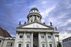 Tysk domkyrka på bakgrunden av dramatisk himmel i Berlin Germany royaltyfria foton