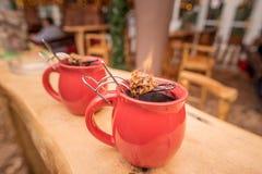 Tysk drink, varmt vin och flammande socker royaltyfri fotografi