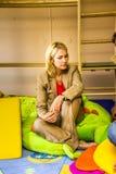 Tysk familjministerManuela Schwesig ia en Kinde Arkivfoto