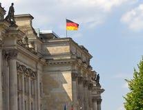 Tysk flagga överst av Reichstag royaltyfri foto