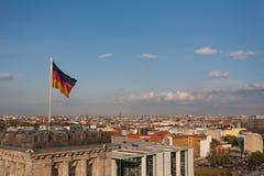 Tysk flagga och cityscape av Berlin Arkivbild