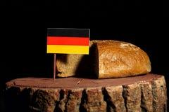 Tysk flagga på en stubbe med bröd Arkivfoto