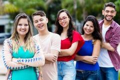Tysk flicka med manliga och kvinnliga unga vuxna människor i linje royaltyfria foton