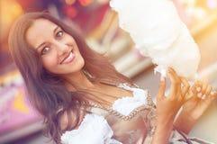 Tysk flicka som bär en Dirndl och äter candyfloss arkivbild