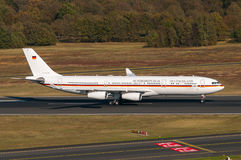 Tysk flygvapenflygbuss A340-313X 16+01 Arkivfoton