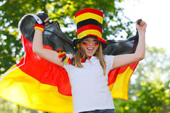 Tysk fotbollfan som vinkar hennes flagga Royaltyfri Foto