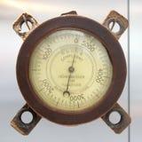 Tysk höjdmätarebarometer för gammal tappning med baserat på en vit bakgrund, meter 0-5000 Royaltyfria Bilder