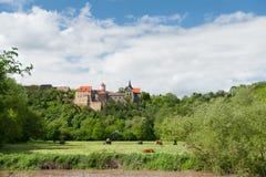 Tysk historisk slott i vår fotografering för bildbyråer