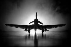 Tysk jetdriven modellnivå för bilskrälle (Ju-87) i besittning Mörker - orange brandbakgrund Krigplats Selektiv fokus (skillnad Royaltyfria Foton