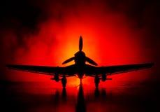 Tysk jetdriven modellnivå för bilskrälle (Ju-87) i besittning Mörker - orange brandbakgrund Krigplats Selektiv fokus (skillnad Arkivfoto