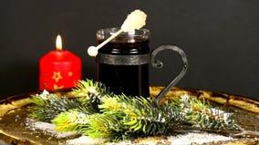 Tysk jul bakar ihop Pfeffernuss och varm rött vinpunsch arkivfilmer