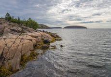 Tysk Kuzov som för stenig ö ses långt de andra öarna av bågen Arkivbild