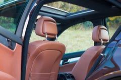 Tysk lyxig limousine - brun läderinre, stor panorama- soltak, sportutrustning Royaltyfri Foto