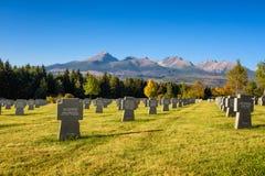 Tysk militär kyrkogård i höst med höga Tatras berg i bakgrunden royaltyfria foton