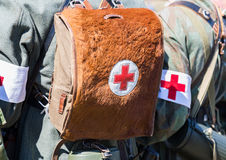 Tysk militär paramedicinsk utrustning med en Röda korsetbrassard royaltyfria bilder
