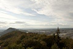 Tysk Mountain View med molnig blå himmel Arkivbilder