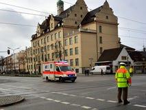 Tysk nöd- ambulans i handling Arkivbilder