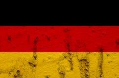 Tysk nationsflagga på Grungeväggbakgrund Arkivfoton