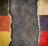Tysk och ryska sönderrivna pappersflaggor Avbrott av diplomatisk förbindelse Arkivfoto