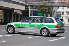 Tysk polisbil under ett vägkvarter Fotografering för Bildbyråer