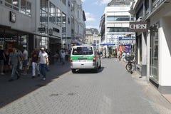Tysk polisstyrka på patrull royaltyfria foton
