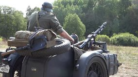 Tysk soldat- och armémotorcykel stock video