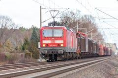 tysk stång, drev för grupp 143 för DB Deutsche Bahn med gods Royaltyfri Foto