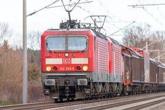 tysk stång, drev för grupp 143 för DB Deutsche Bahn med gods Royaltyfria Foton
