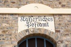 Tysk stolpe för tecken - kontor, Namibia Royaltyfri Bild
