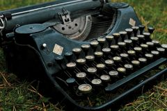 Tysk svart skrivmaskin för gammal tappning royaltyfria foton