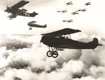 Tyska biplaner som flyger ovanför molnen arkivfoton