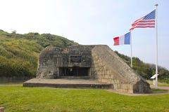 Tyska bunker-, Omaha Beach, amerikan- och franskaflaggor royaltyfri bild