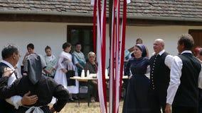 Tyska dansare från Banat i traditionella dräkter utför på den folk festivalen arkivfilmer