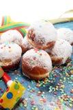 Tyska donuts med driftstopp och florsocker Karneval pudrade socker lyftta donuts royaltyfri bild