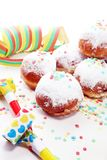 Tyska donuts med driftstopp och florsocker Karneval pudrade socker lyftta donuts arkivbild