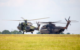 Tyska militära transporthelikoptrar, nh 90 och ch 53 Arkivfoto
