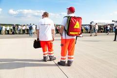 Tyska personer med paramedicinsk utbildning från deutschesroteskreuz Arkivbilder
