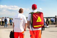 Tyska personer med paramedicinsk utbildning från deutschesroteskreuz Arkivbild