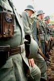 tyska soldater rekonstruktionen av striden i militär likformig av världskrig II Arkivbild