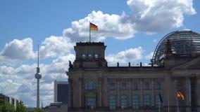 Tysken Bundestag med flaggan, en konstitutionell och lagstiftnings- byggnad i Berlin, huvudstad av Tyskland stock video